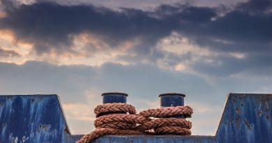 Zawiązane cumy okrętowe na nadbrzerzu