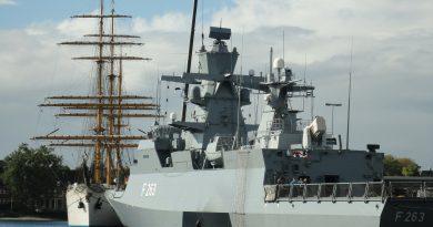 Korweta niemiecjiej marynarki wojennej zacumowana w porcie