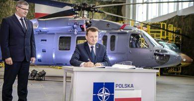 Minister Obrony Narodowej podpisuje kontrakt na zakup 4 S70i BlackHawk na tle policyjnego śmigłowca S70i