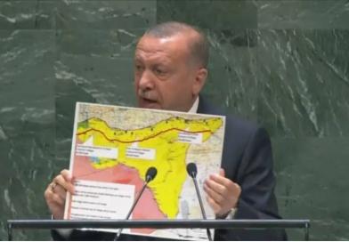 Prezydent Erdogan pokazuje mapę Syrii na forum ONZ