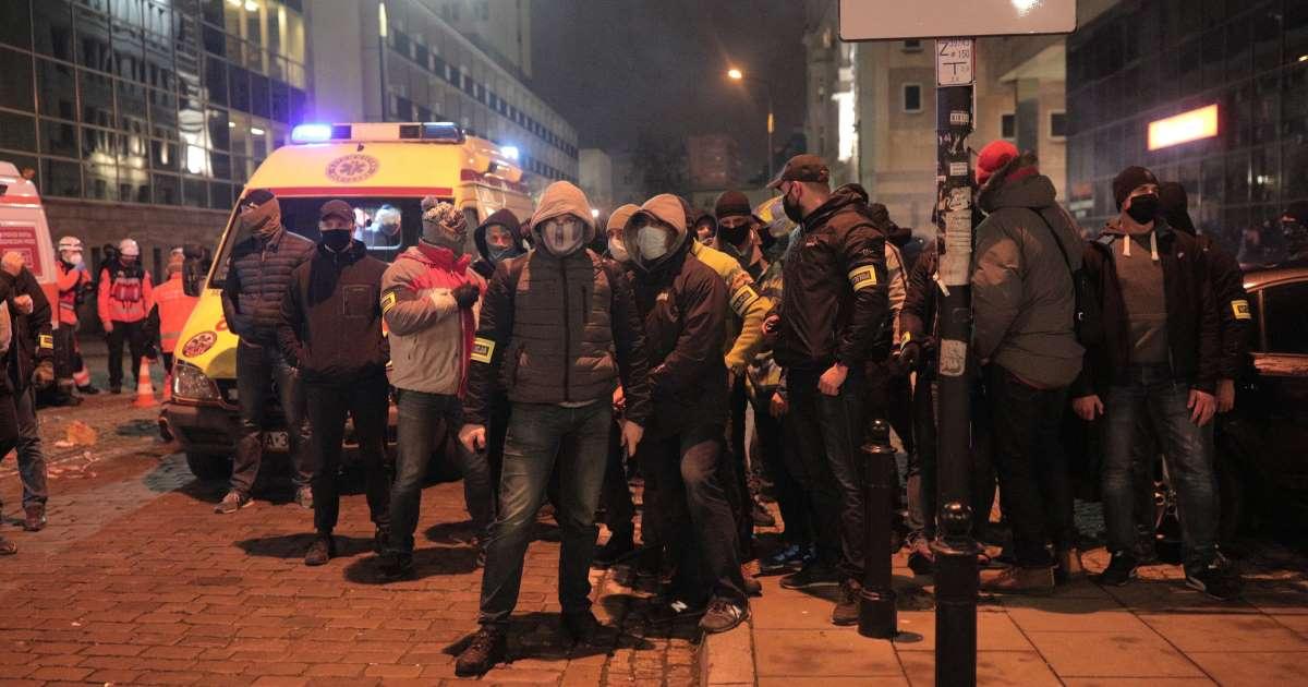 Policyjni tajniacy chwilę po ujawieniu się na Strajku Kobiet 18.11.2020