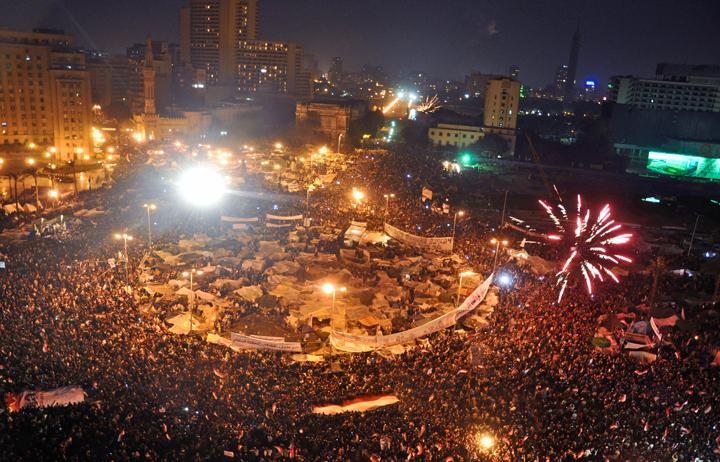 Arabska Wiosna -Obraz przedstawia protestujących na placu Tahrir w Kairze