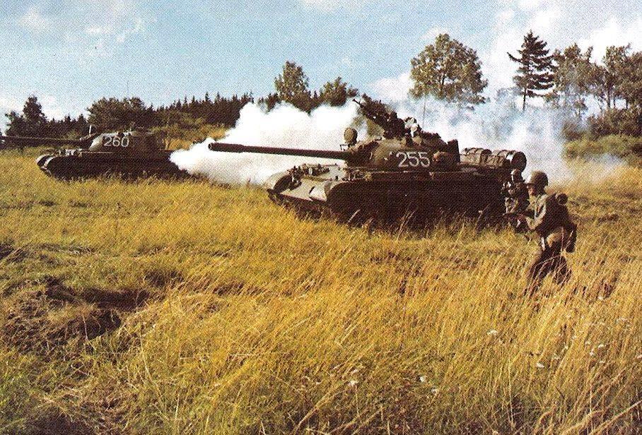 Czechosłowacja produkowała sowieckie czołgi w okresie zimnej wojny. Na zdjęciu czołgi T-55A w trakcie ćwiczeń.