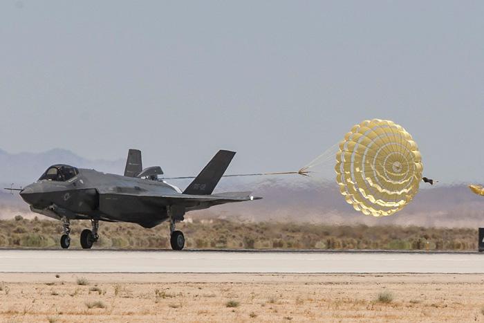Zdjęcie przedstawia lądujący samolot F-35A