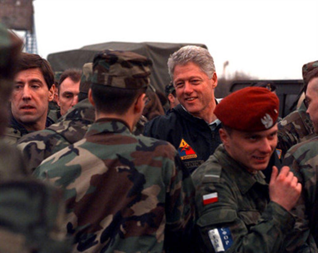 Bill Clinton podczas wizyty w bazie SFOR w Tuzli - na pierwszym planie polski smaczek.
