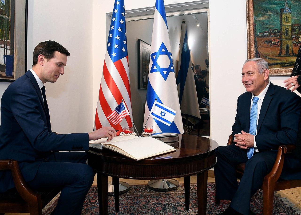 Izrael- Binjamin Netanjahu  siedzi przy stole z Jaredem Kushnerem