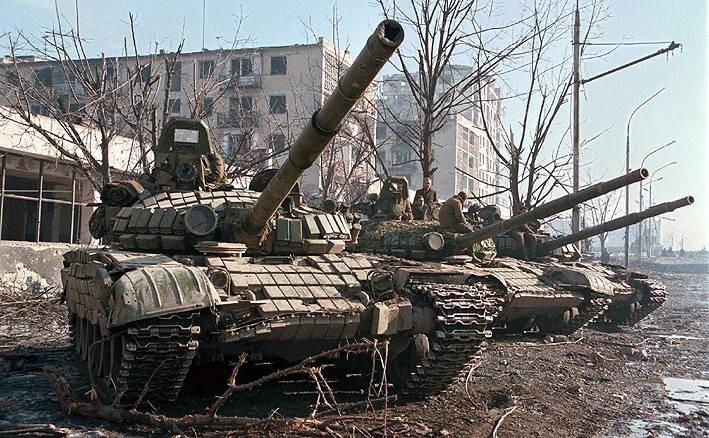 Czołgi T-72B na ulicach miasta Grozny