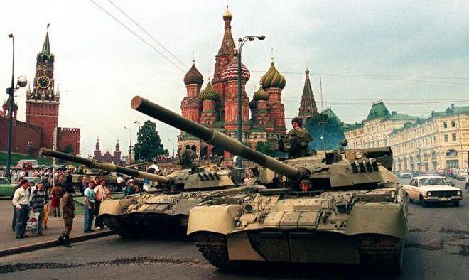 Czołgi T-80 na placu Czerwonym podczas puczu moskiewskiego w 1991r. Trzy lata później takie czołgi pojawią się w mieście Grozny.