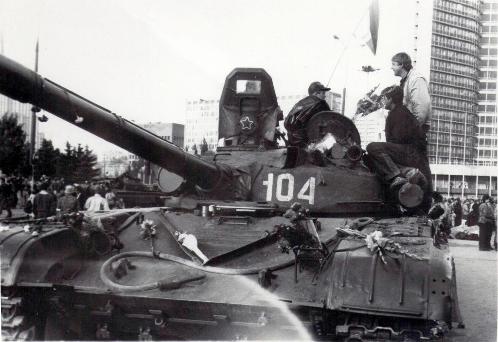Czołg T-72 w Moskwie, sierpień 1991 r. Trzy lata później takie czołgi pojawią się w mieście Grozny.
