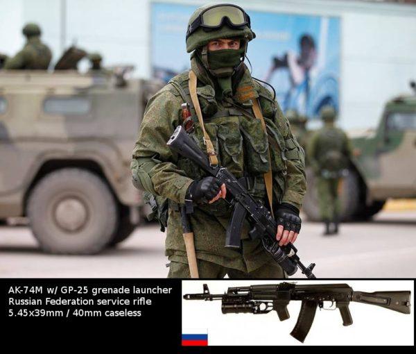 Rosyjski żołnierz uzbrojony w karabin AK-74M z podwieszanym granatnikiem GP-25 w czasie aneksji Krymu, marzec 2014 roku. (Źródło: https://www.thetruthaboutguns.com/guns-russians-ukraine/)