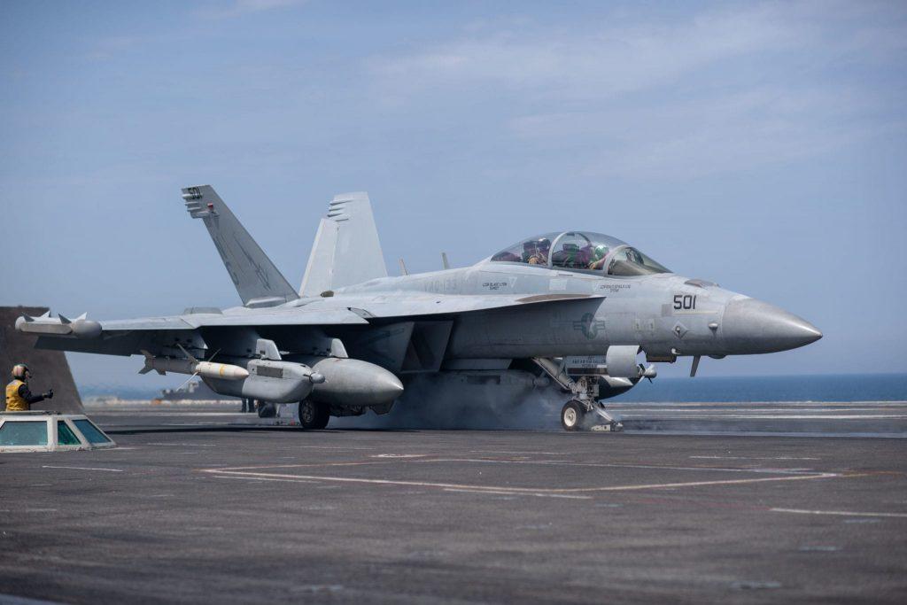Na zdjęciu EA-18G Growler podczas startu. Pod skrzydłami widać (od kadłuba) podwieszone dodatkowe zbiorniki z paliwem, zasobnik walki radio-elektronicznej i rakietę przeciwradiolokacyjną