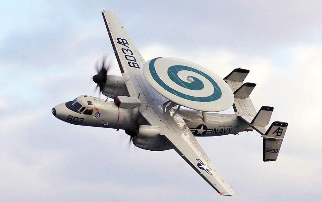 Na zdjęciu samolot wczesnego ostrzegania Grumman E-2C Hawkeye w locie