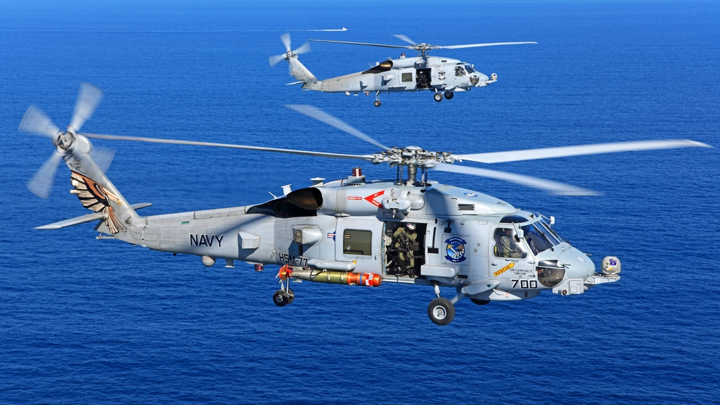 Na zdjęciu widać śmigłowiec  Sikorsky MH-60R Seahawks, z torpedą mk 54
