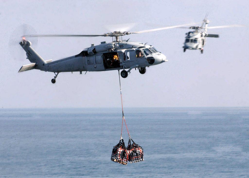 Na zdjęciu widzimy śmigłowiec  Sikorsky MH-60S Seahawk podczas przenoszenia zaopatrzenia