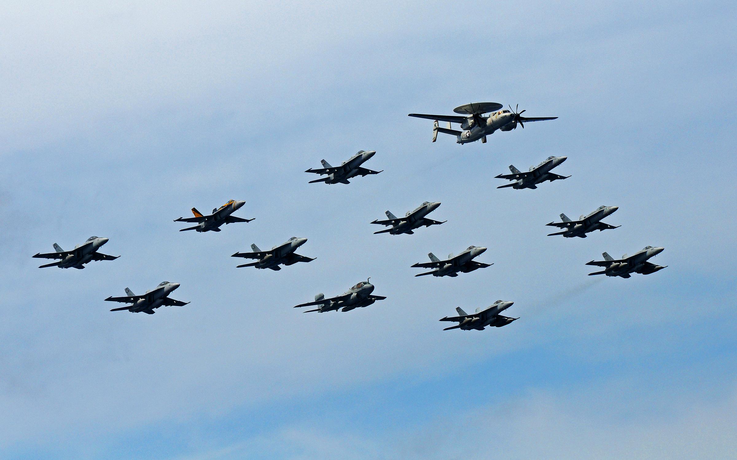 Zdjęcie przedstawia eskadrę myśliwców z lotniskowca SS Abraham Lincoln (CVN 72) lecącą wraz z E-2C. Marzec 2011