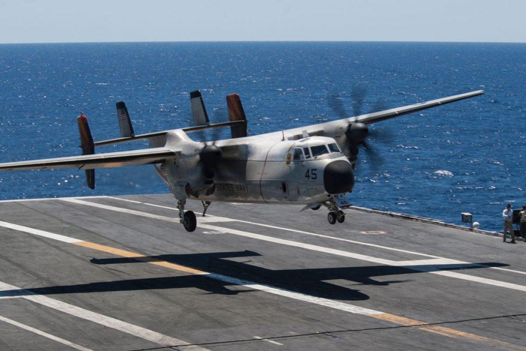 Na zdjęciu widać lądującego na lotniskowcu Grumman C-2 Greyhound