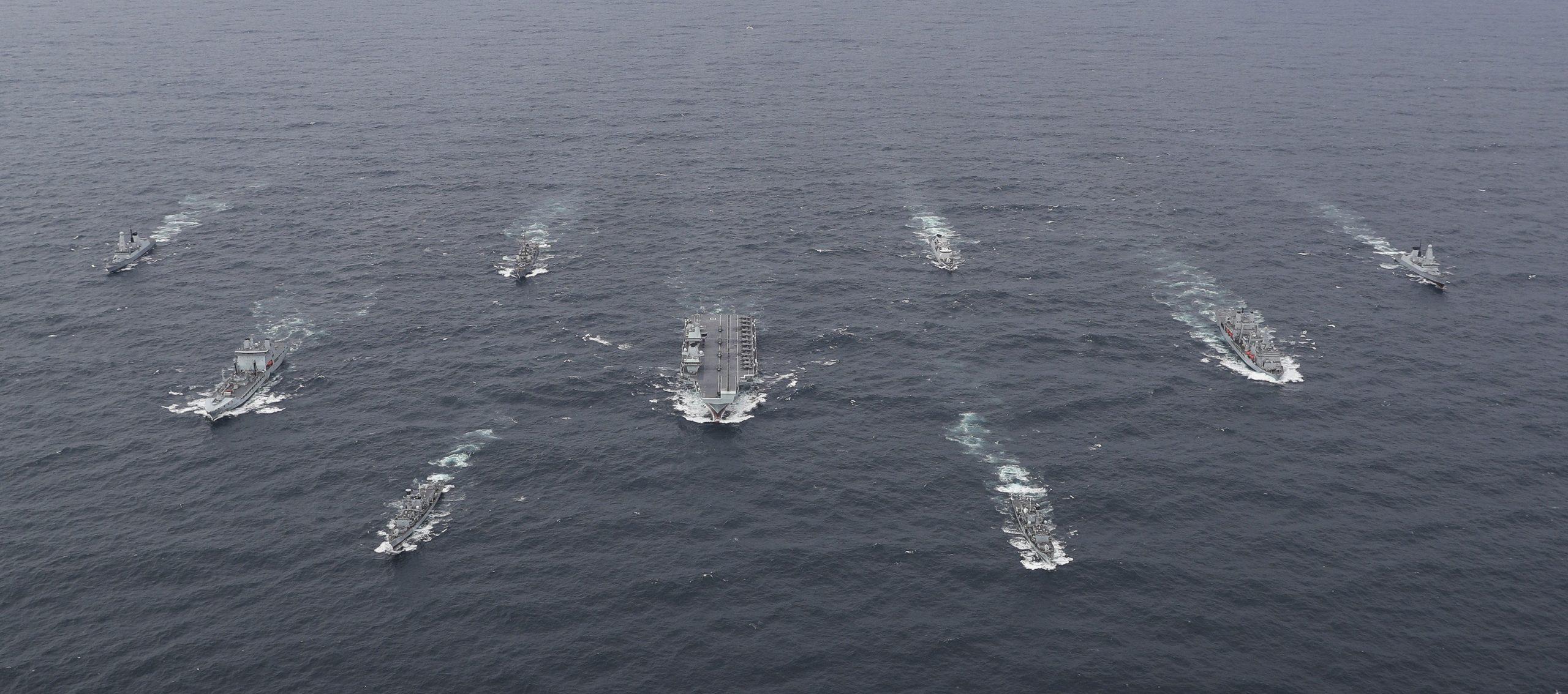 Na zdjęciu brytyjska lotniskowcowa grupa bojowa wokoło HMS Queen Elizabeth