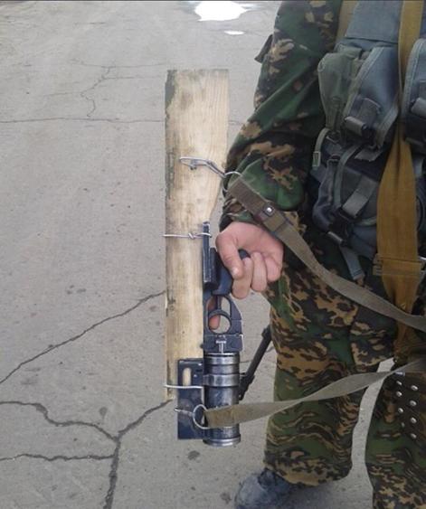 Prorosyjski bojownik uzbrojony w granatnik GP-25 z prowizorycznie zamontowaną drewnianą kolbą. (Źródło: http://ros-kolokol.ru/news/luganskaya-narodnaya-respublika-gumanitarnaya-missiya-internatsionalnogo-soyuza-pisatelei.html)