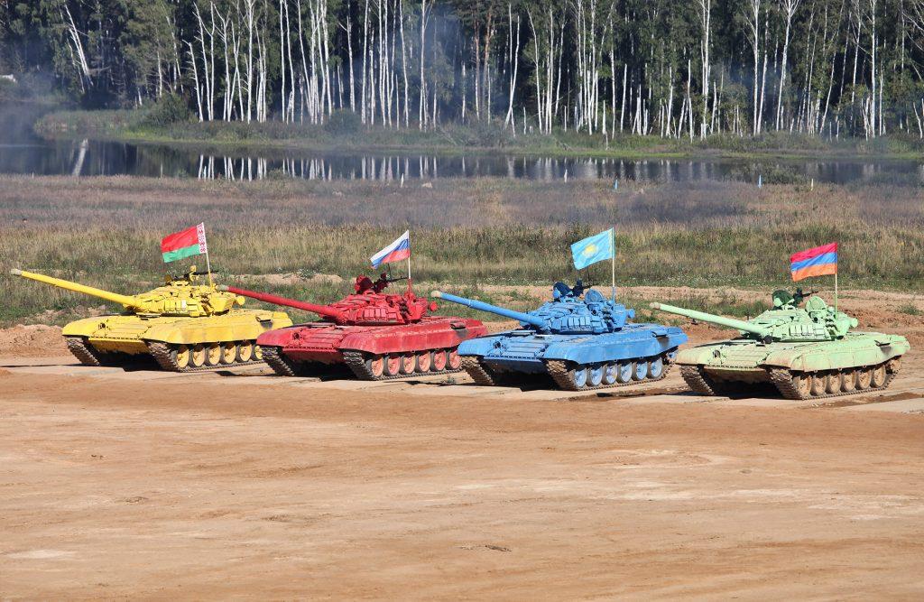 Zawody biathlonu czołgowego w 2013 roku. Na zdjęciu czołgi T-72B drużyn uczestniczących w konkursie.