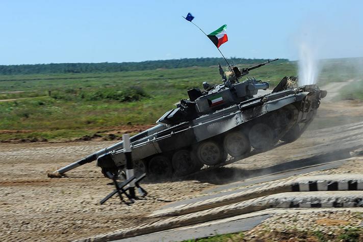 Kuwejcki czołg ryje lufą w ziemi po zbyt szybkim zjeździe w trakcie zawodów biathlonu czołgowego.