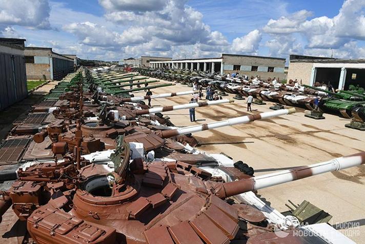 Czołgi przygotowane do uczestnictwa w zawodach biathlonu czołgowego.